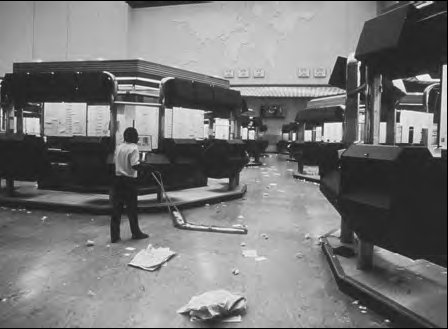 The London Stock Exchange trading floor on the day after after person to person trading ended and screen trading was introduced -the so-called Big Bang on October 27, 1986.